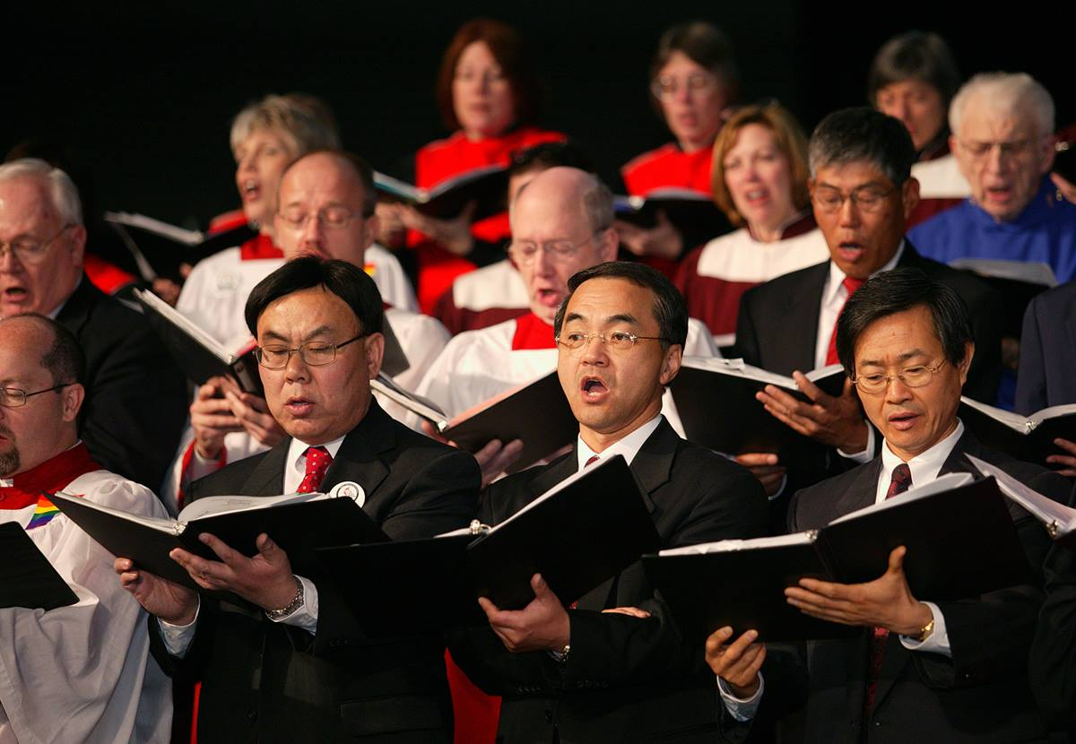Members of the Mass Choir sing a hymn during the opening worship of the United Methodist Church's 2004 General Conference in Pittsburgh. The church's top legislative assembly is meeting April 27-May 7. A UMNS photo by Mike DuBose. A UMNS photo by Mike DuBose.