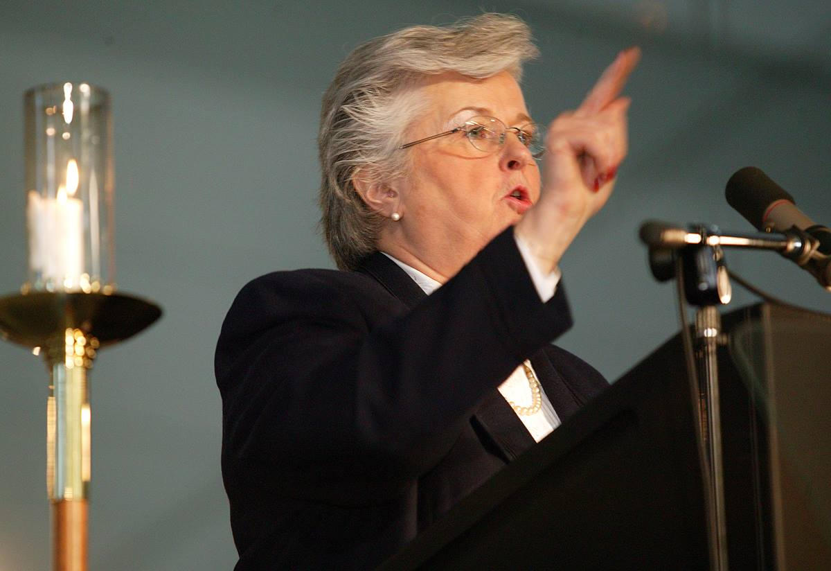 Sandra Kelley Lackore, top staff executive of the United Methodist Church's General Council on Finance and Administration, illustrates the source of church revenue as she presents the financial state of the church to the denomination's 2004 General Conference in Pittsburgh. A UMNS photo by Rasul Welch.