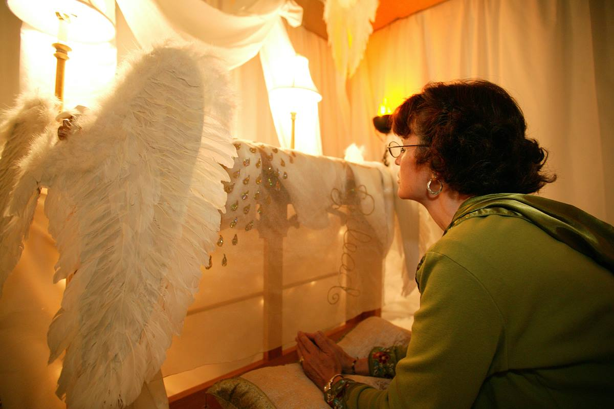 Alice Jean Parker prays in the prayer room at the David L. Lawrence Convention Center in Pittsburgh during the United Methodist Church's 2004 General Conference. A UMNS photo by Rasul Welch.