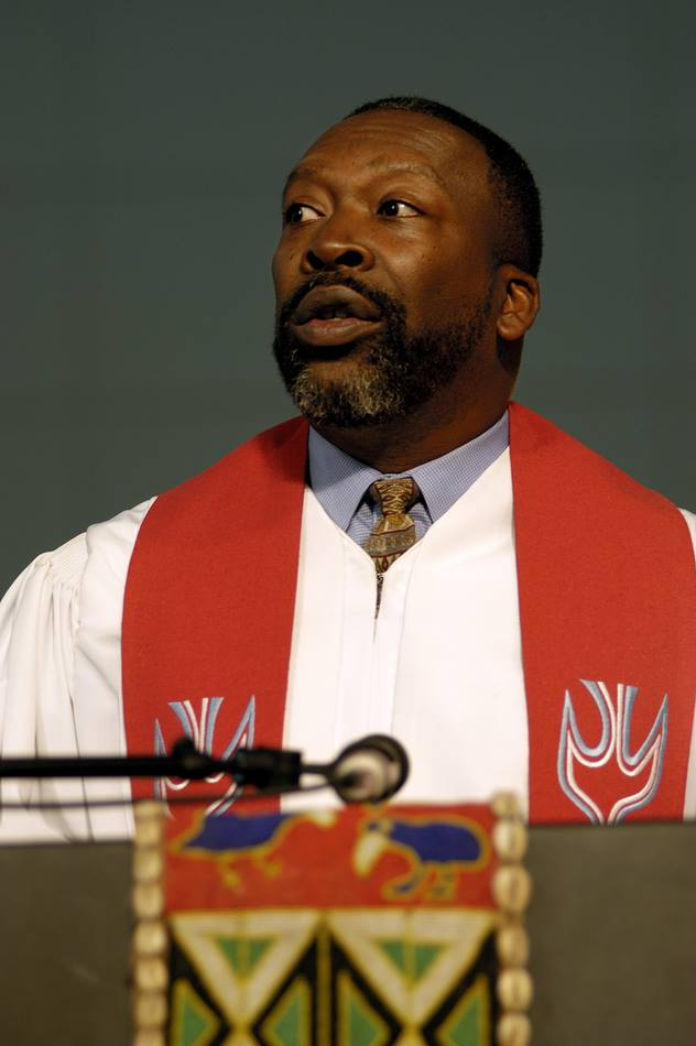 """The Rev. Vincent Harris reads scripture during a service of """"celebrating those who remained and led the way"""" during the 2004 United Methodist General Conference in Pittsburgh. A UMNS photo by Paul Jeffrey."""