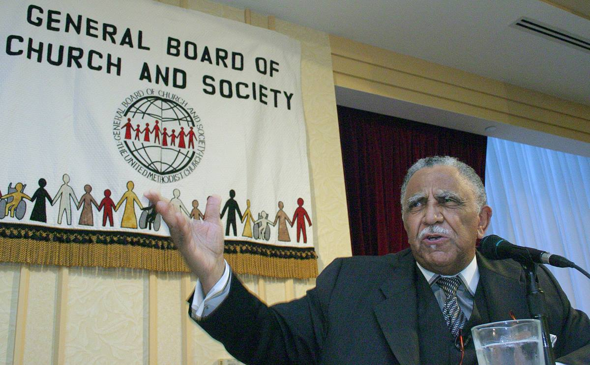 The Rev. Joseph Lowery offers an impassioned keynote address at the General Board of Church and Society Banquet during the United Methodist Church's 2004 General Conference in Pittsburgh. A UMNS photo by Rasul Welch.