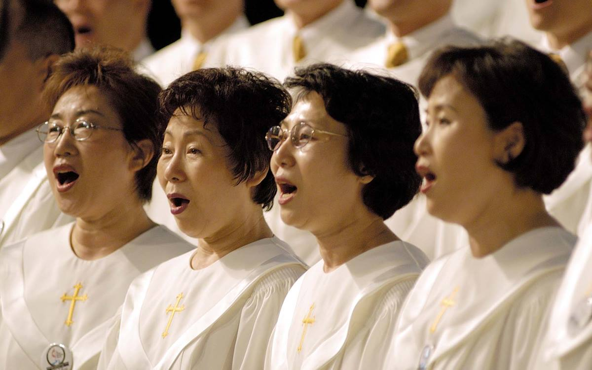 Singers from First United Methodist Church in Flushing, N.Y., lead morning worship at the 2004 United Methodist General Conference in Pittsburgh. A UMNS photo by Paul Jeffrey.