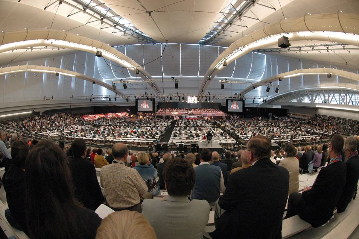 Delegates and guests of the 2004 General Conference worship in the David L. Lawrence Convention Center. A UMNS photo by John C. Goodwin