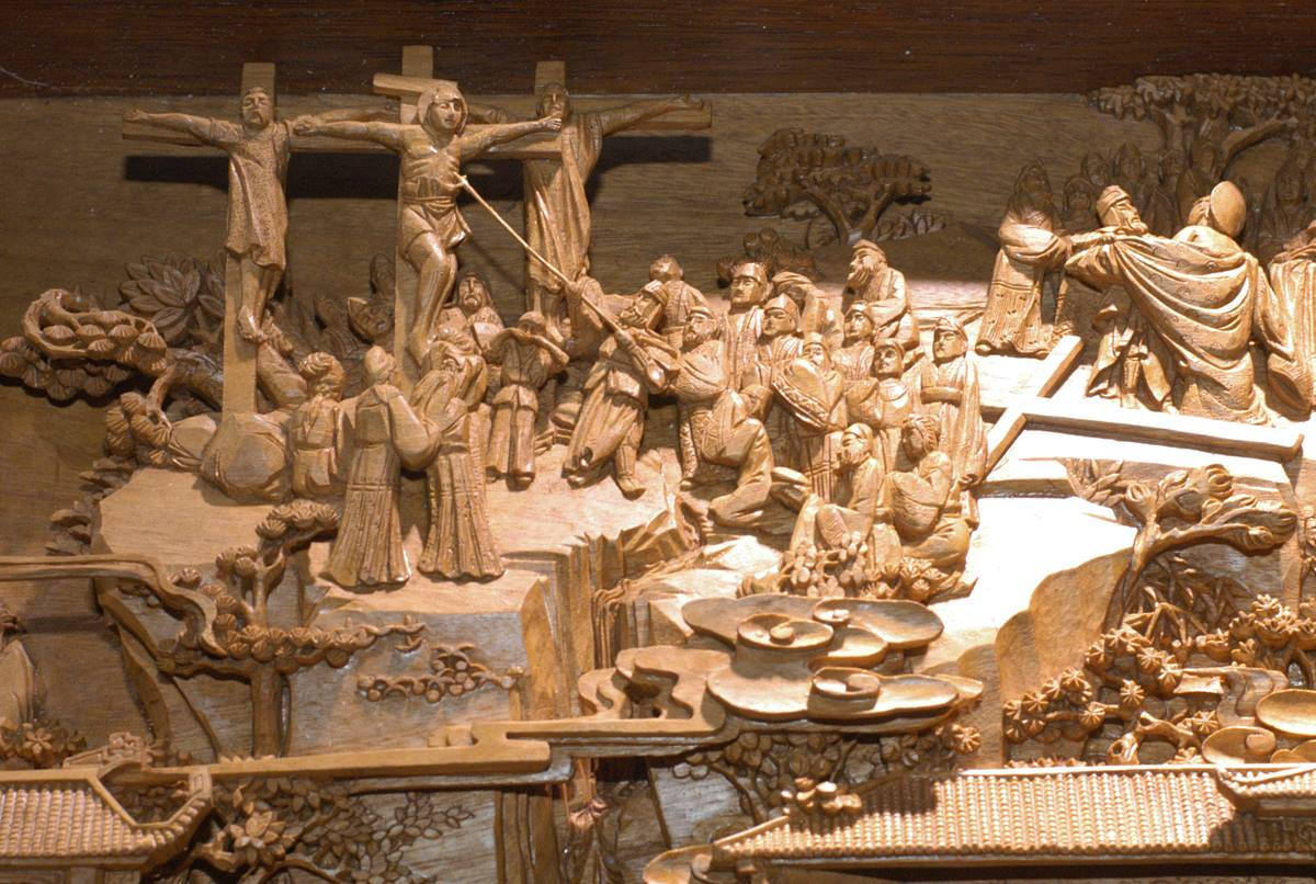 "Seventy-five Bible stories are depicted in this wood carving by artist Zhang Wanlong.It took 10 years to complete the carving that is part of the ""A Lamp to My Feet, A Light to My Path"" exhibition from China. A UMNS photo by John Goodwin."
