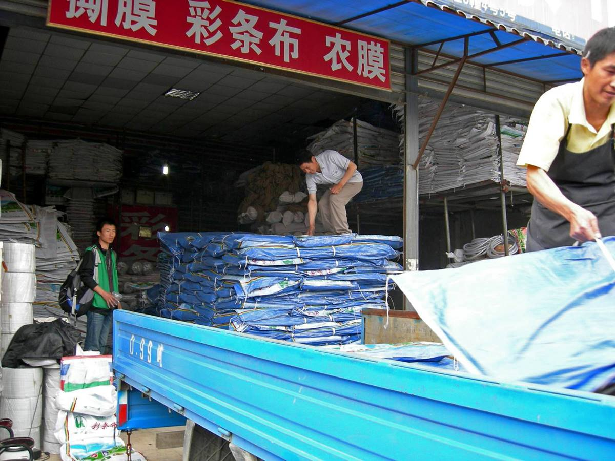 Yue Yaomeng (left) oversees the loading of tarps that will be distributed by Amity Foundation to earthquake survivors. A UMNS file photo courtesy of Yue Yaomeng.