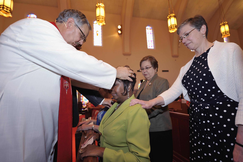 Eva Gunnings est commandé comme une diaconesse Méthodiste Unie par l'évêque Bruce Ough, accompagné d'Harriett Olson (à droite), le chef de la Division des femmes, et Inelda Gonzalez, le président de femmes méthodistes Unies. Le 29 Avril la mise en service a eu lieu à Tampa, en Floride, où l'horizon 2012 Méthodiste Unie de la Conférence générale se tiendra.