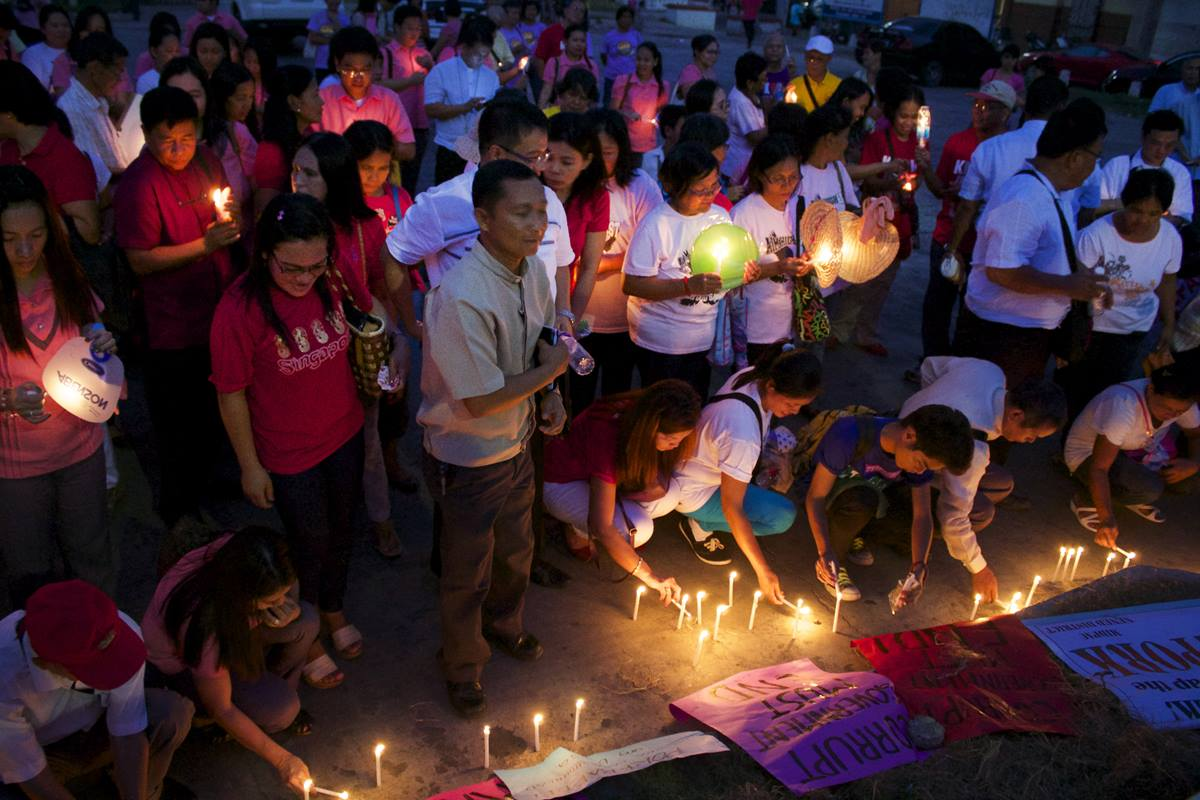 Participants light candles to express their displeasure with government corruption in a vigil held on the Plaza Lucero in Cabanatuan City, Philippines. Photo courtesy of Gladys P. Mangiduyos