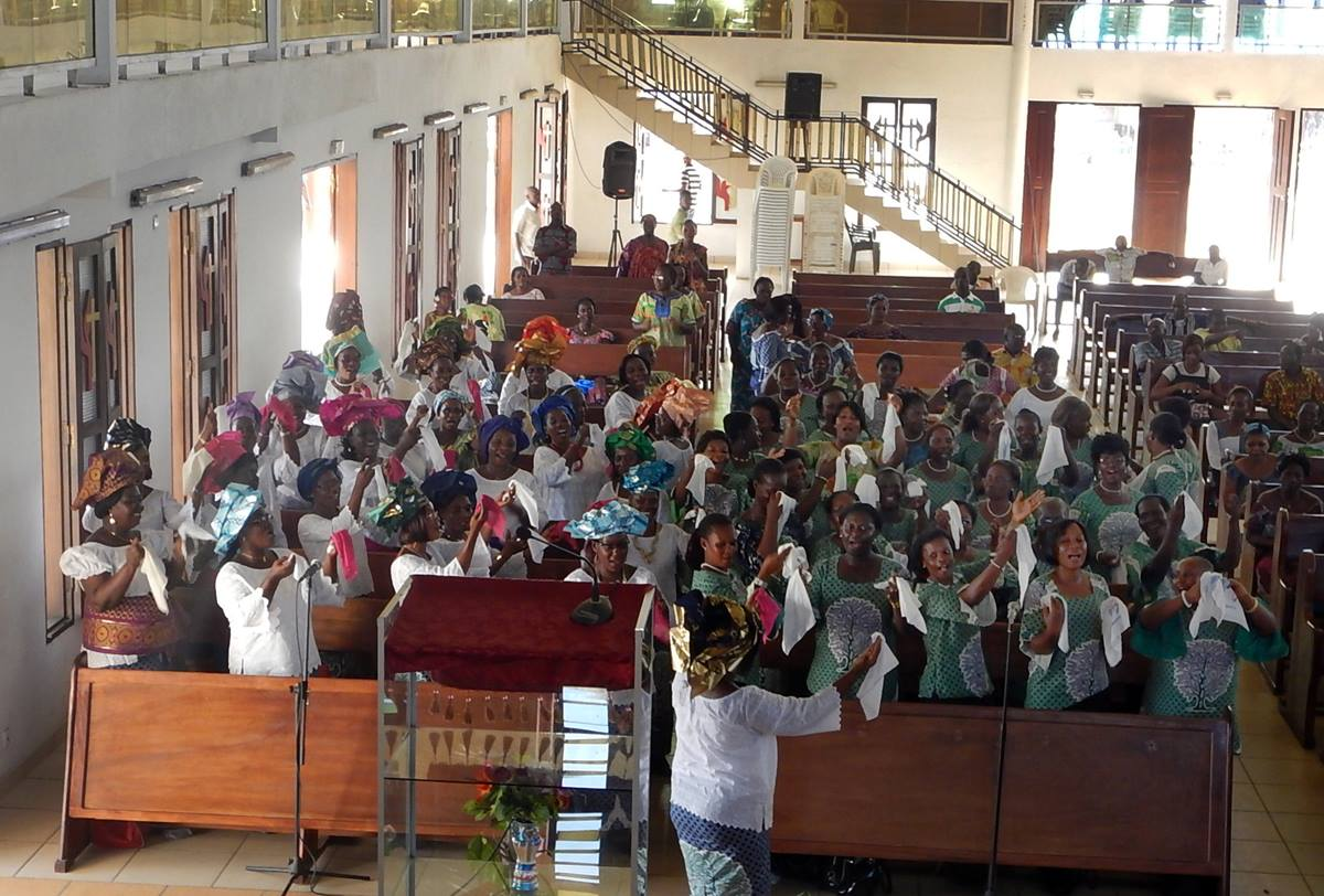 The Côte d'Ivoire United Methodist Women received $2,000 from a partnership with Pubcell CI during a ceremony on Nov. 16 at Nouveau-Koumassi Cité de grâces United Methodist Church in southern Abidjan. Photo by Isaac Broune, UMNS
