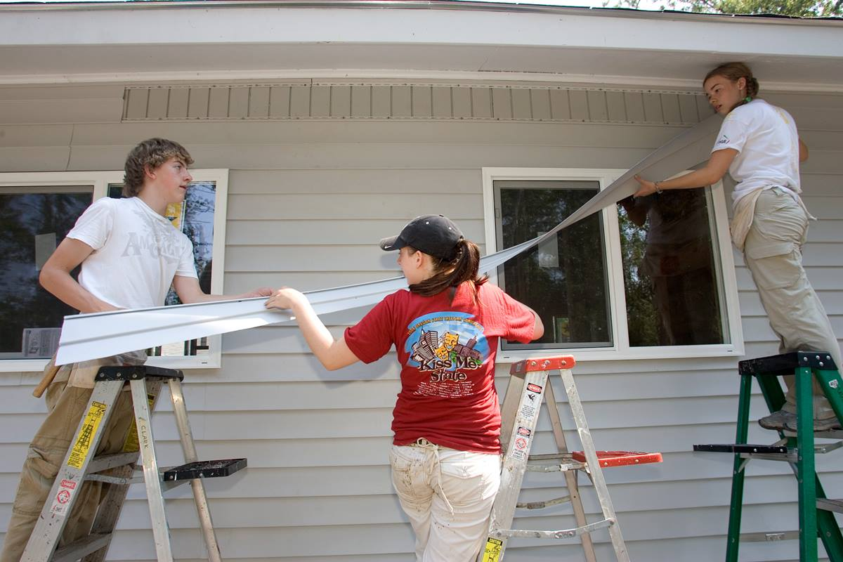 Youth from Tigard (Ore.) United Methodist Church install siding at the home of Regina Batiste in Slidell, La., as part of Project Noah, sponsored by First United Methodist Church of Baton Rouge, La. A UMNS photo by Mike DuBose.