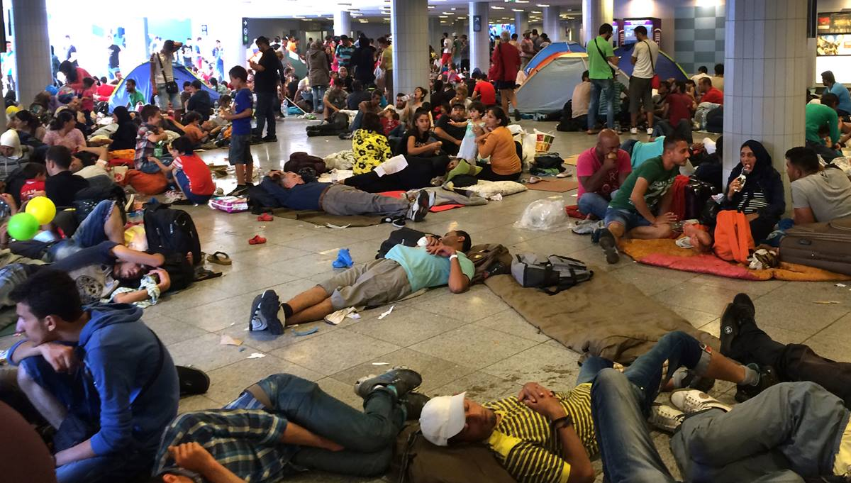 Migrants form a crowd at the Keleti pályaudvar train station Sept. 2 in Budapest while waiting passage to Germany, Austria and other wealthier countries within the European Union where the laws on refugee protection are better. Photo by Daniel Peters for UMNS