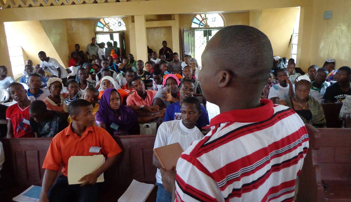 Jefferson Knight, who attended the Paris climate summit, addresses United Methodist young people in Liberia about setting up a climate change task force to monitor multilateral companies.