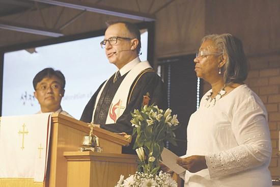 왼쪽부터 조선욱(Isaac Choh)목사, Gary Mueller 감독 그리고 아칸소 연회 선교지 참여 연대사역 부장 Maxine Allen목사가 Little Rock시에 설립된 소망연합감리교회 봉헌예배를 인도하고 있는 모습