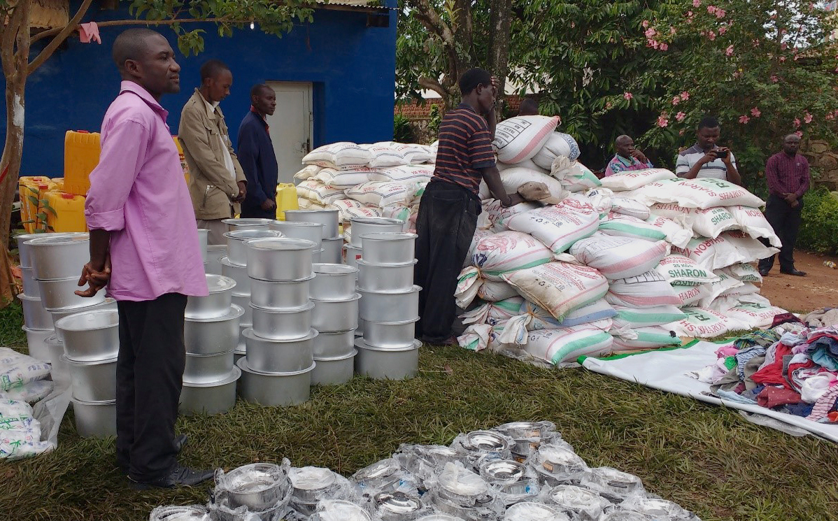The 100 most vulnerable families received rice, cassava flour and corn , 10 liters of oil, 25kg of beans and 1.5kg iodized salt. Each household also received, pots, plates, a 32-liter container for water and clothes.