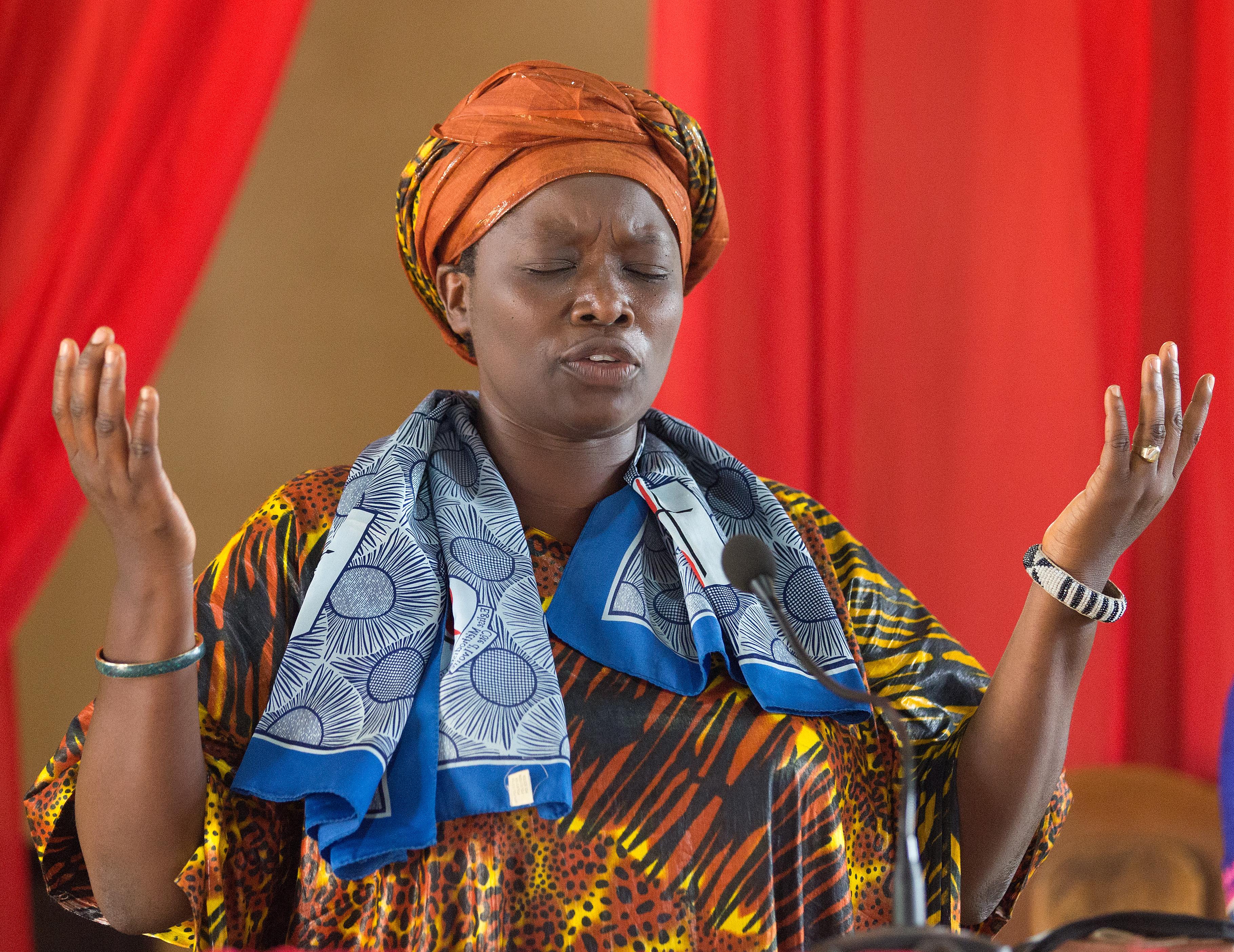 Photo de Mike DuBose, UMNS La Révérende Esther Kachiko Furaha en prière pendant un culte à l'Église Méthodiste Unie Nouvelle Jerusalem d'Uvira (République Démocratique du Congo).