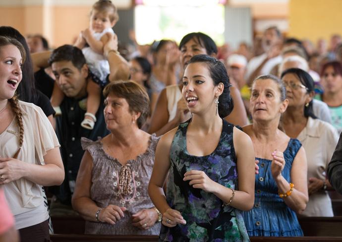 Parishioners sing during Sunday worship at Marianao Methodist Church. Photo by Mike DuBose, UMNS.