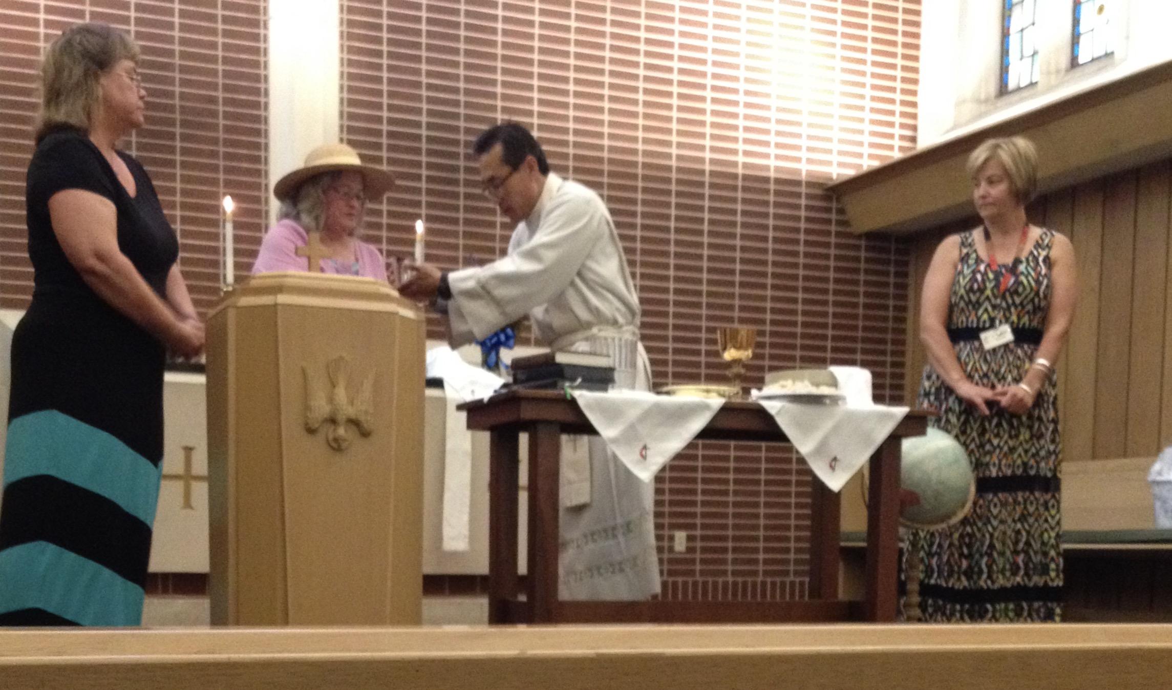 성만찬을 집례하고 있는 김응선 목사. Photo by Oregon United Methodist Church, Oregon, IL