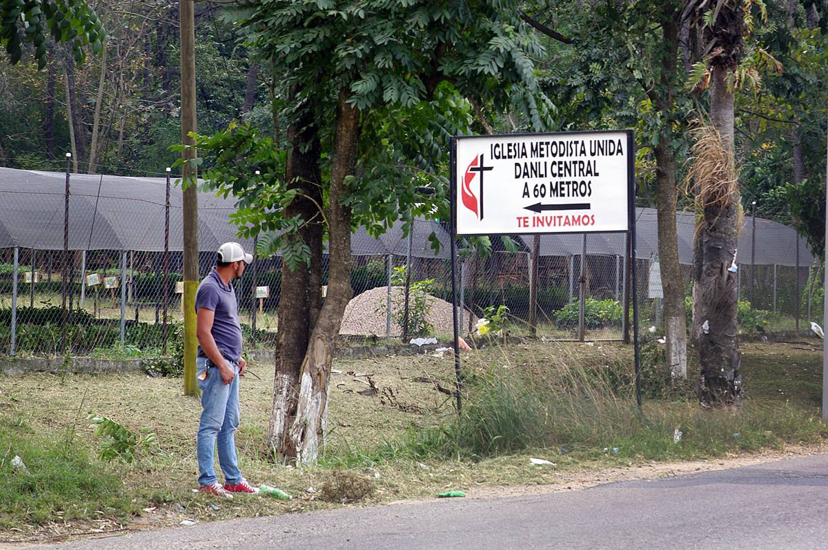 """A sign at the entrance to the city of Danlí, Honduras, offers an invitation to visit the Central United Methodist Church. The Rev. Jose Roberto Peña, the church's pastor, said, """"It is always a challenge to make The United Methodist Church known, so we do it not only through preaching, but also through ministries that assist the needs of the communities."""" Photo by Gustavo Vasquez, UMNS"""