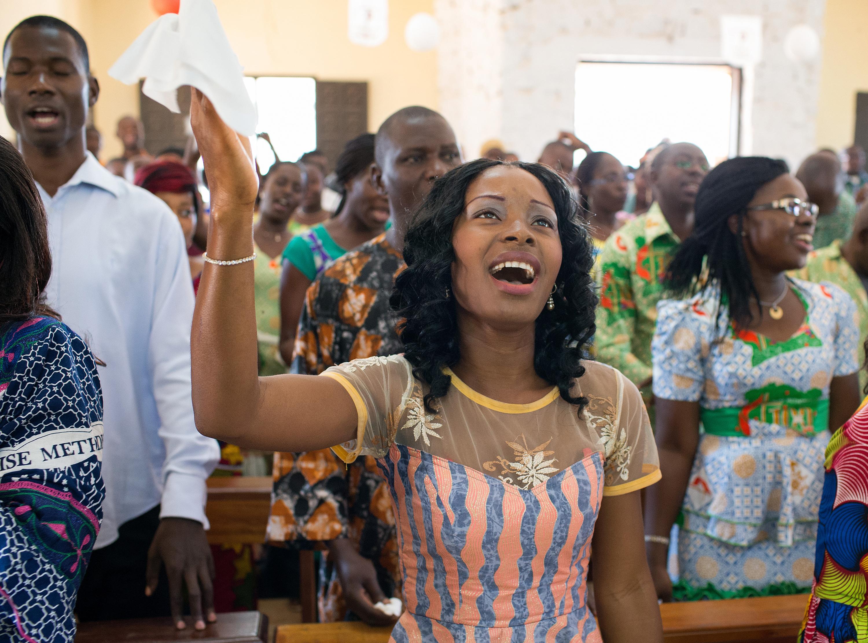 Claudia Teli N'guessan canta durante la adoración en la Iglesia Metodista Unida Templo Emmanuel en Costa de Marfil. Foto de archivo de 2015 por Mike DuBose, SMUN.