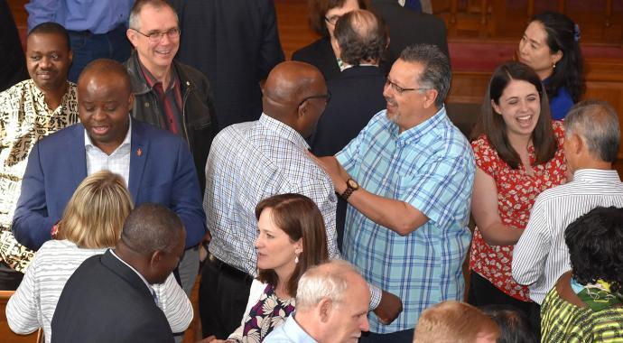 웨이 포워드 위원회의 위원들이 테네시 주 내쉬빌의 다락방에서 있은 2018년 5월 23일의 마지막 위원회 모임을 마치고 대화를 나누고 있다. 사진 제공 총 감독호의, 메이드스톤 뮬렌가.