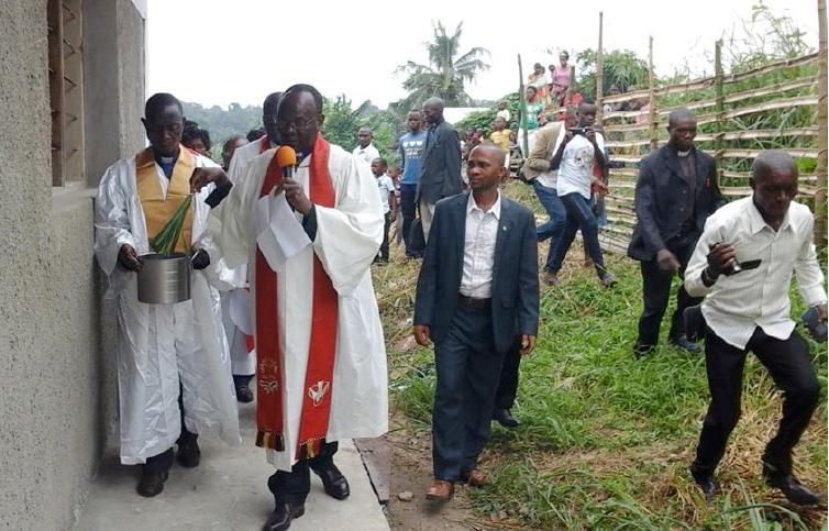 Photo de Philippe Kituka Lolonga, UMNS L'Evêque Gabriel Unda de la Région Episcopale du Congo-Est procède à l'inauguration de l'église locale Onotamba de Kisangani (RDC). Cette église est le don d'un laïc,