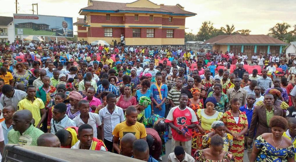 Un rassemblement de fidèles sur la place publique de Kindu (RDC) pendant une campagne d'évangélisation conduite par le Rév. Martin Kasongo. Plus de 100 personnes ont rejoint l'Eglise Méthodiste Unie pendant cet évènement. Photo Rév. Martin Kasongo
