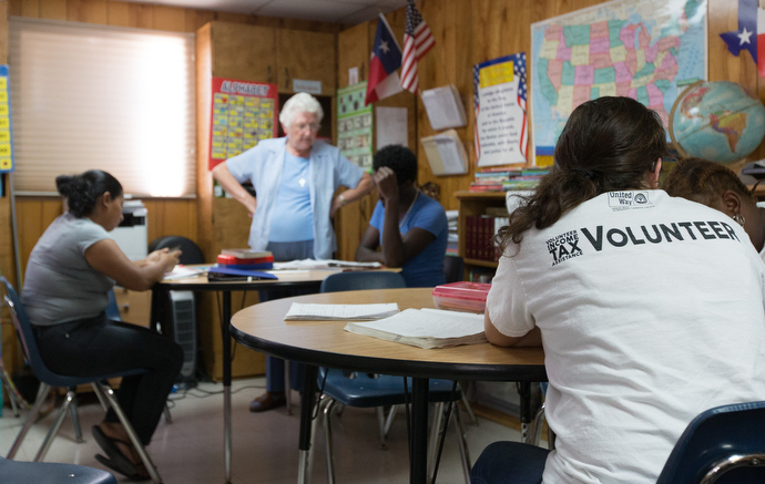 Sister Thérèse Cunningham (standing) and Ileen Montemayor (foreground) teach English to immigrants at La Posada Providencia in San Benito. Photo by Mike DuBose, UMNS.