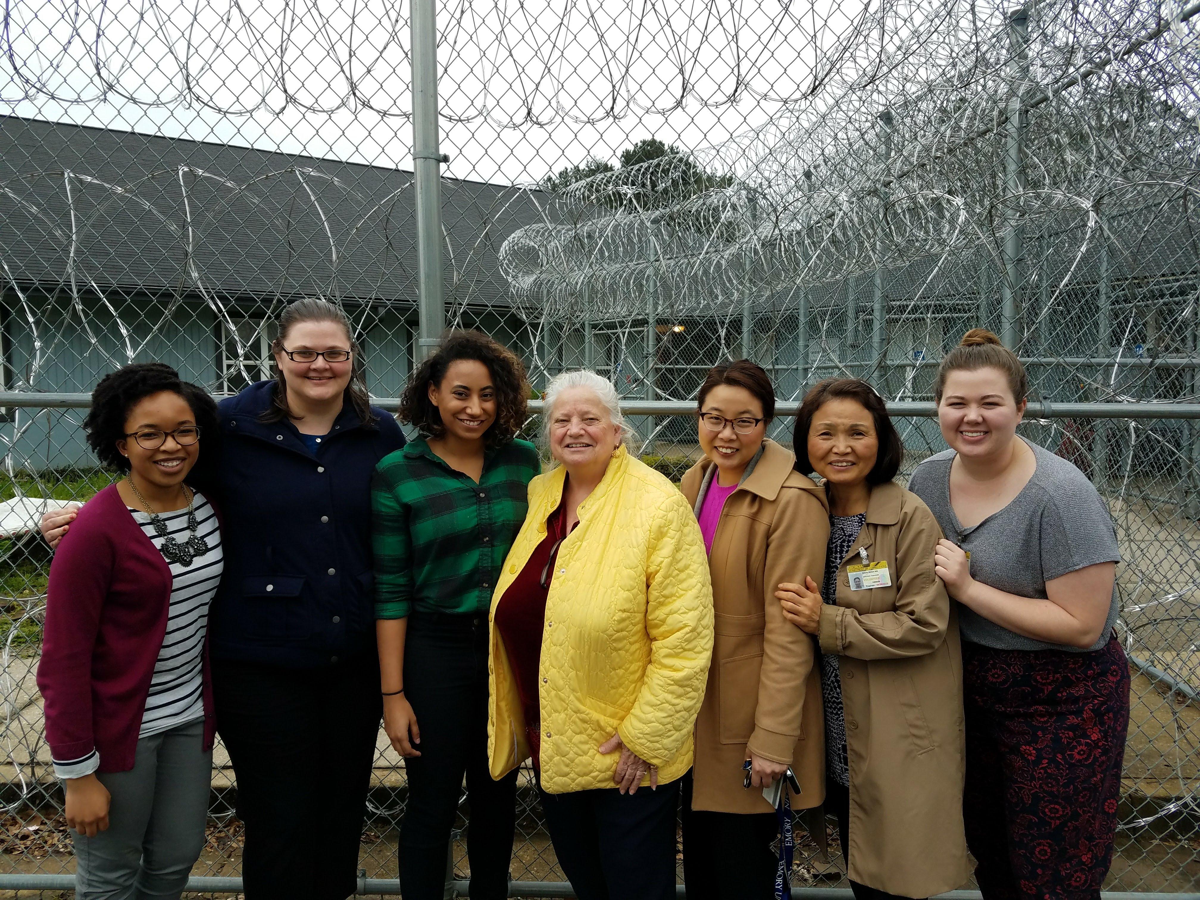 교도소 앞에서 찍은 사진 이름이 오른쪽부터; Anna Swygert, Soon Nix, Dr Helen Kim, Chaplain Bishop , Ari Colston, Samantha Aupperlee, Kim Akano  사진제공: Soon Nix.