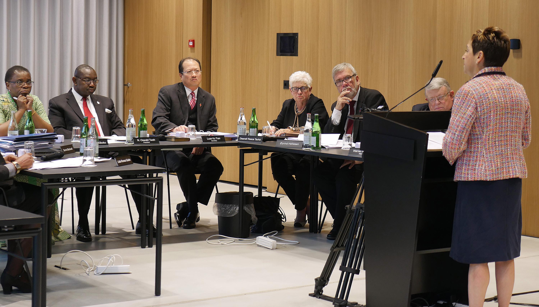 신띠아 하비 감독이 스위스 취리히에서 열린 연합감리교 사법위원회에서 발언하고 있다. 10월 26일, 사법위원회는 <하나의 교회 플랜>이 전반적으로 합헌적이라고 판결했다. 사진Diane Degnan, UMCom.