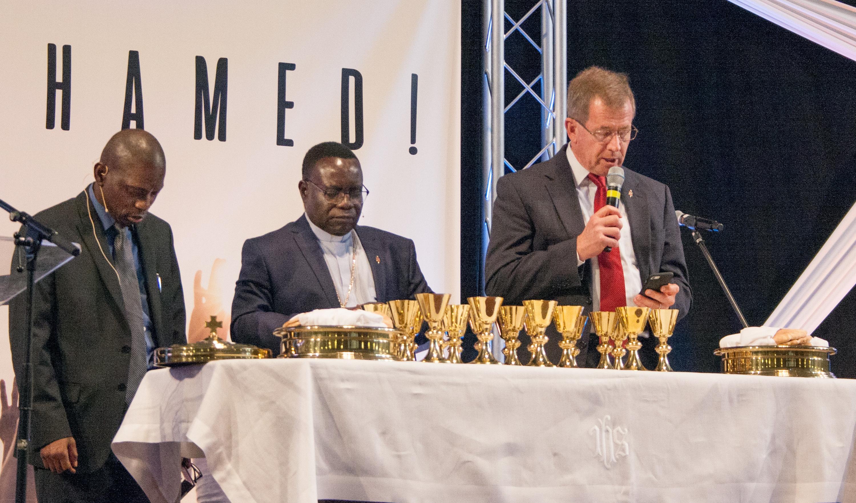 스콧 존스 감독(오른쪽)과 카삽 오완 감독(중앙)이 조지아주 마리에타에서 11월 3일 열린 웨슬리안언약연합의 세계 모임에서 폐회예배를 주관하고 있다.  사진, 캐티 길버트, UMNS.