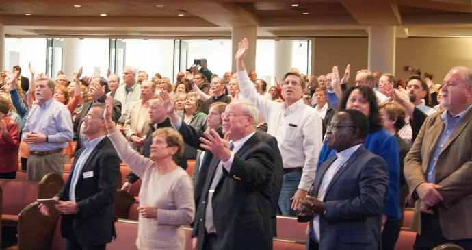 2,500명 이상의 사람들이 마운트 베델 연합 감리교회와 105개의 지역에서 생방송된 웨슬리안 언약 모임에 모였다. 이 모임은 1,500개의 교회와 125,000명의 사람들을 대표하고 있다. 사진 제공 캐시 엘 길버트, 연합 감리교회 뉴스 서비스.
