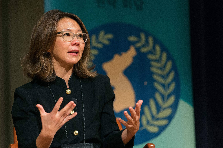 크리스틴 안이 아틀란타에서 열린 평화를 위한 원탁 회담에서 연설하고 있다. 그녀는 한국 전쟁을 끝내기 위해 일하는 전 세계 여성 운동인 <비무장지대를 건너는 여성들>의 창설자이다. 사진 제공 마이크 두보스, UMNS
