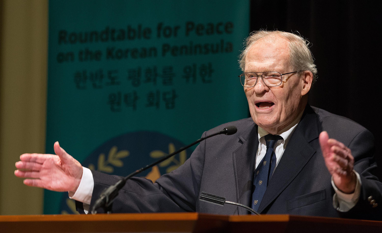 제임스 레이니 목사가 아틀란타에서 열린 한반도 평화를 위한 원탁 회담에서 연설하고 있다. 레이니는 주한 미 대사였고, 캔들러 신학교의 총장을 역임했다. 사진 제공 마이크 두보스, UMNS