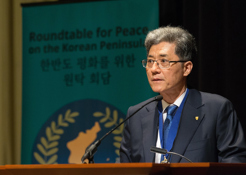 세계감리교협회의 회장인 박종천 목사가 아틀란타에서 열리는 한반도 평화를 위한 원탁 회담에서 인사말을 하고 있다. 사진 제공 마이크 두보스, UMNS