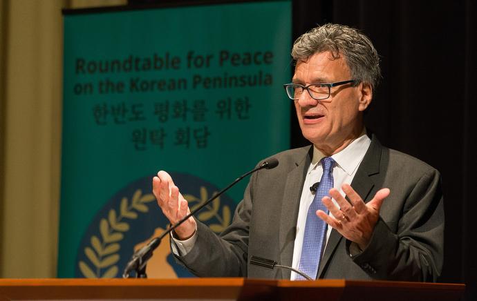 연합감리교회 세계선교부의 총무인 토마스 켐퍼가 아틀란타에서 열린 한반도 평화를 위한 원탁 회담의 대표들을 환영하고 있다. 사진제공 마이크 두보스, UMNS.