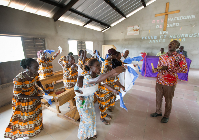 Martin Edi Ori (right) conducts the choir at Macedonia United Methodist Church in Yapo-Kpa. Photo by Mike DuBose, UMNS.