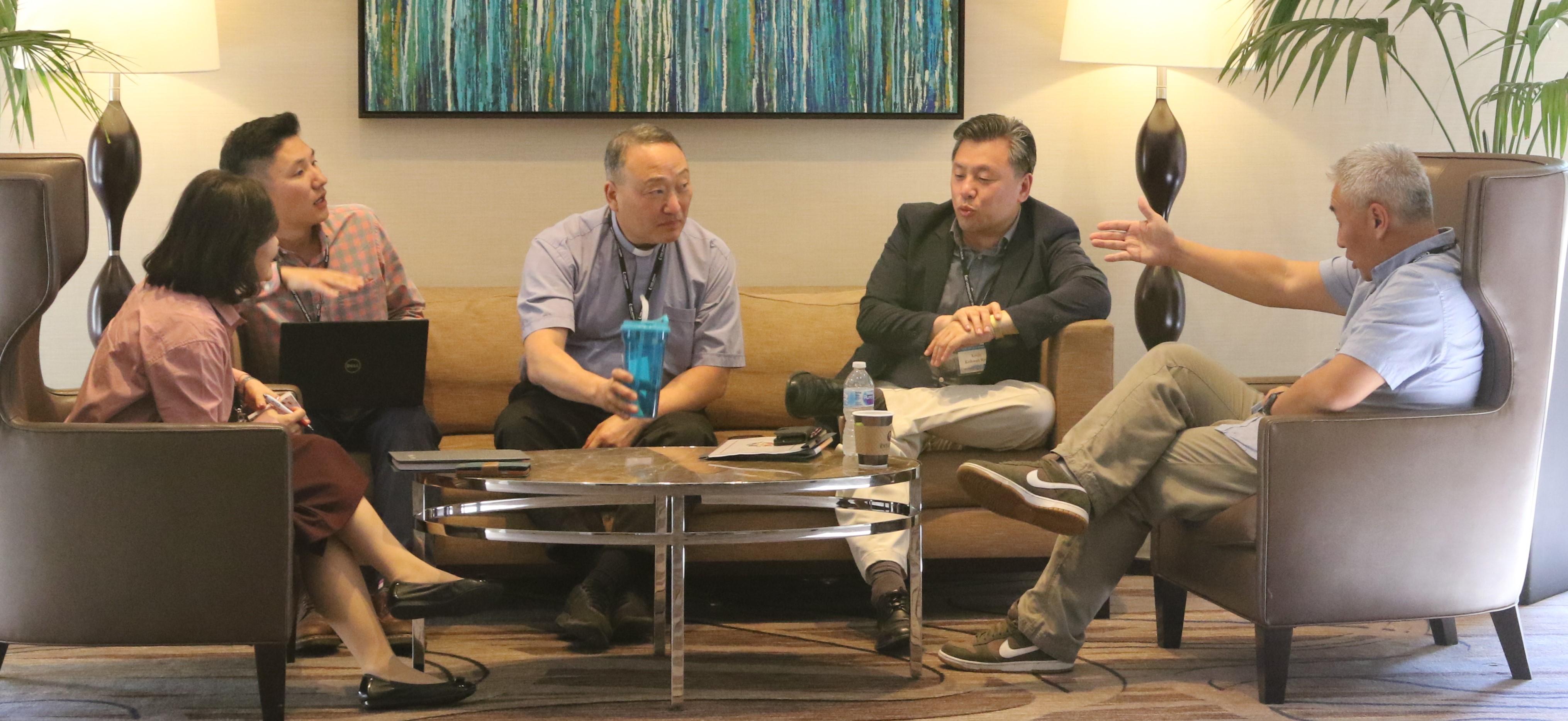 이성호목사(중앙)가 한인목회강화협의회 중 소그룹 모임에서 토론하고 있다. 사진 김응선 목사, UMNS.