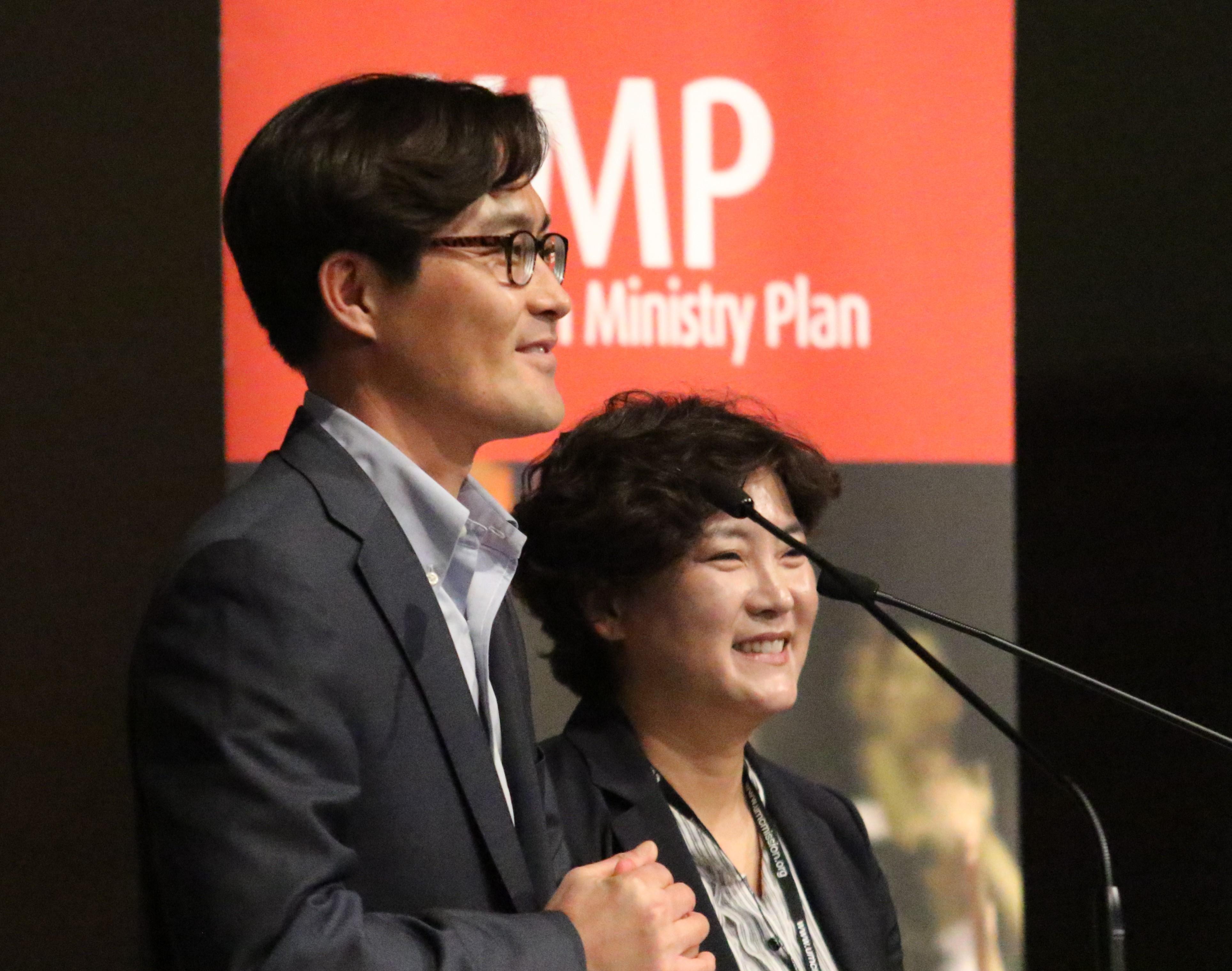 가한나 목사(오른쪽)와 김정민 목사가 2018년 11월 샌디아고에서 열린 한인목회강화협의회 연차회의에서 교회 개척에 대한 보고를 하고 있다. 사진 김응선 목사, UMNS.