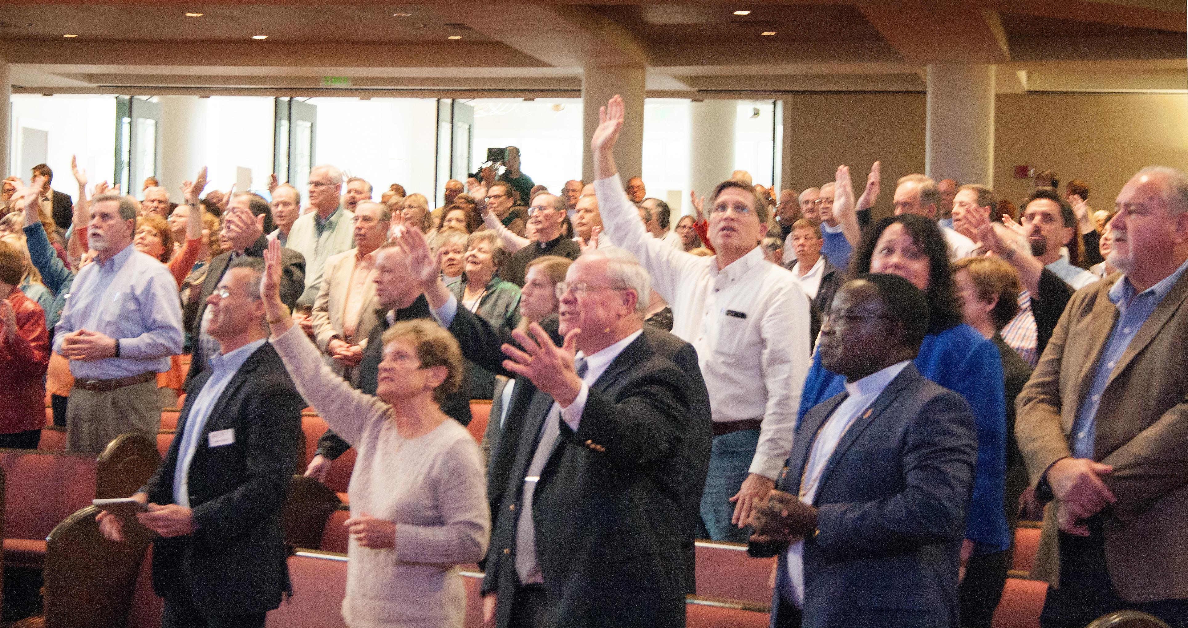작년 11월, 마운트베델 연합감리교회에서 열린 웨슬리언약협회 총회 중 예배하는 모습. 사진 Kathy L. Gilbert, UMNS.
