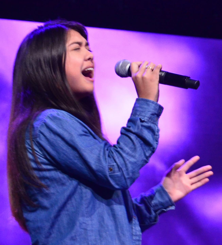 """Yarieth Arias Chacón interpreta en español """"Cuán Grande es Él"""" ante 9000 jóvenes en el cierre del evento."""