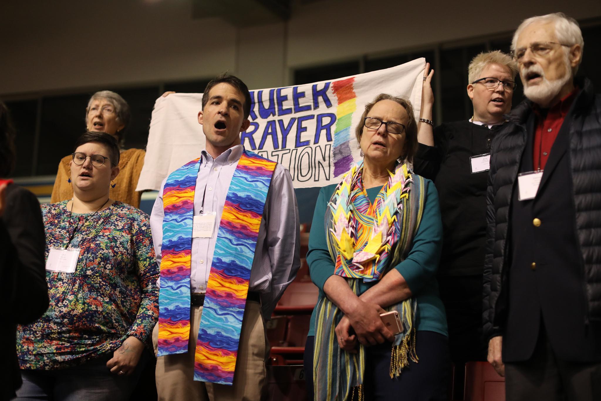 Le révérend Will Green (au centre) dirige le chant de « Jesus Remember Me When You Come Into Your Kingdom » à la « Station de prière queer » pendant la matinée de prière du 23 février à la session extraordinaire de la Conférence Générale de l'Eglise Méthodiste Unie de 2019 à Saint-Louis. Photo de Kathleen Barry, UMNS.