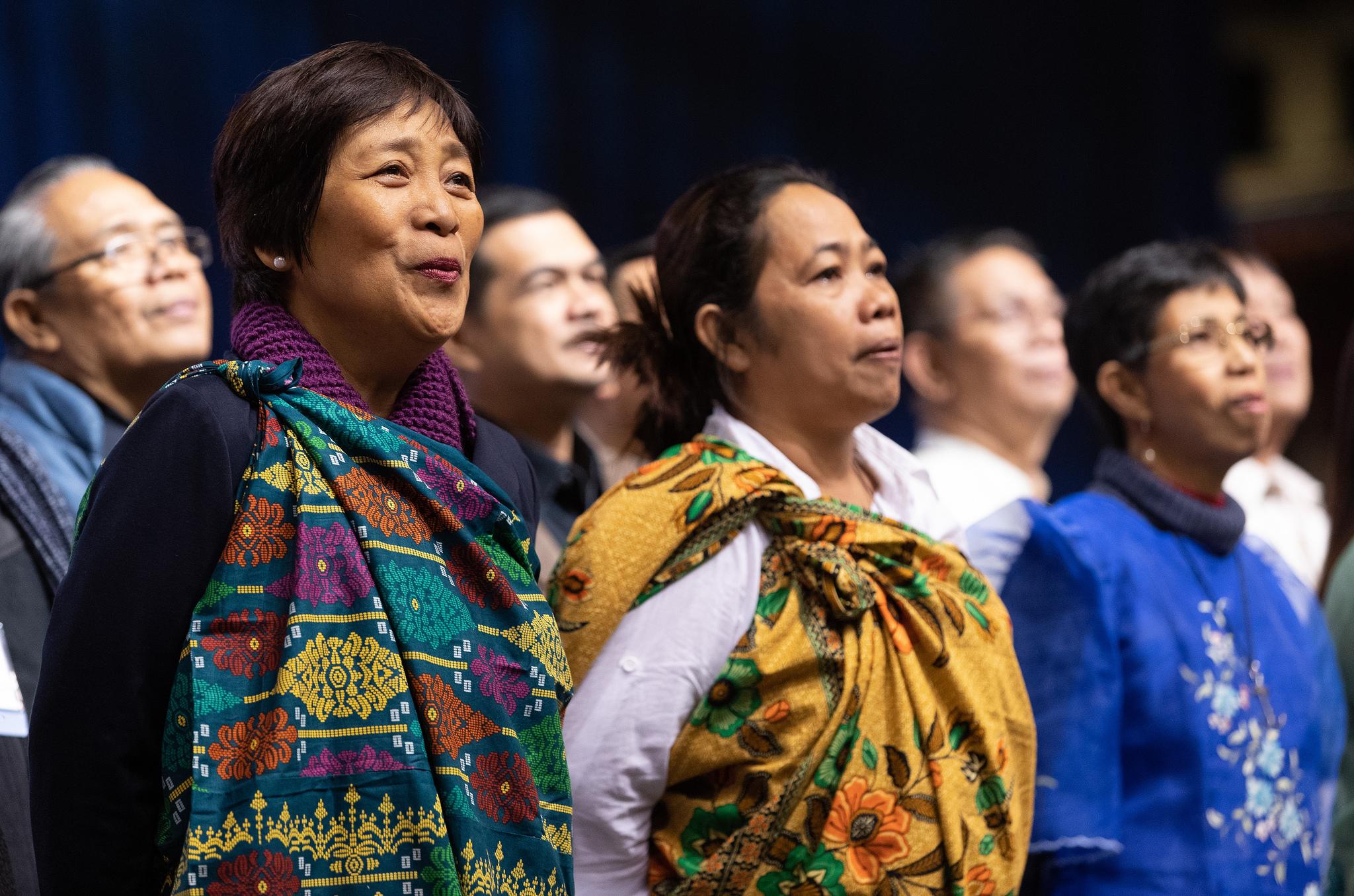 Des délégués de Philippines et de l'Asie du Sud-Est chantent lors d'une journée de prière à la Conférence Générale de l'Eglise Méthodiste Unie de 2019 à Saint-Louis. Photo de Mike DuBose, UMNS.