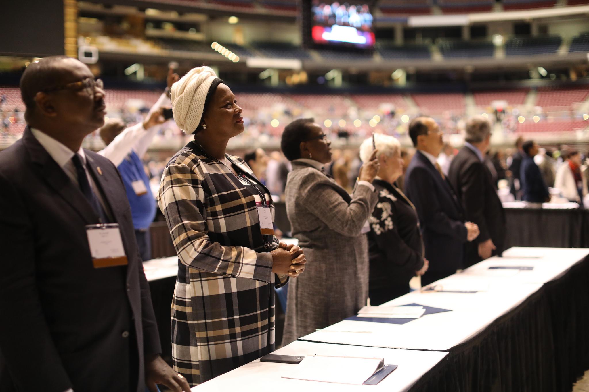 Miembros del Concilio Judicial durante la oración en la mañana del 23 de febrero en la Sesión Especial de la Conferencia General Metodista Unida de 2019, celebrada en San t. Louis. Foto por Kathleen Barry, SMUN