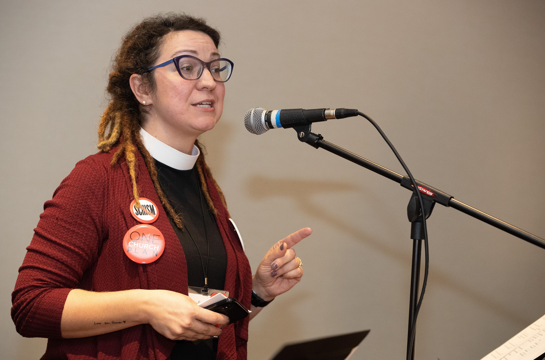 La révérende Rachel Baughman exhorte à soutenir le Plan d'une Eglise Unique d'un rassemblement qui a vanté la proposition de la CG2019 qui, selon les partisans, maintient l'unité de l'Eglise Méthodiste Unie. Le rassemblement a eu lieu dans une salle de réunion d'un hôtel, hors du site de la Conférence Générale 2019 de l'Eglise Méthodiste Unie à Saint-Louis. Baughman est pasteure principale de l'Eglise Méthodiste Unie Oak Lawn à Dallas. Photo de Mike DuBose, UMNS.