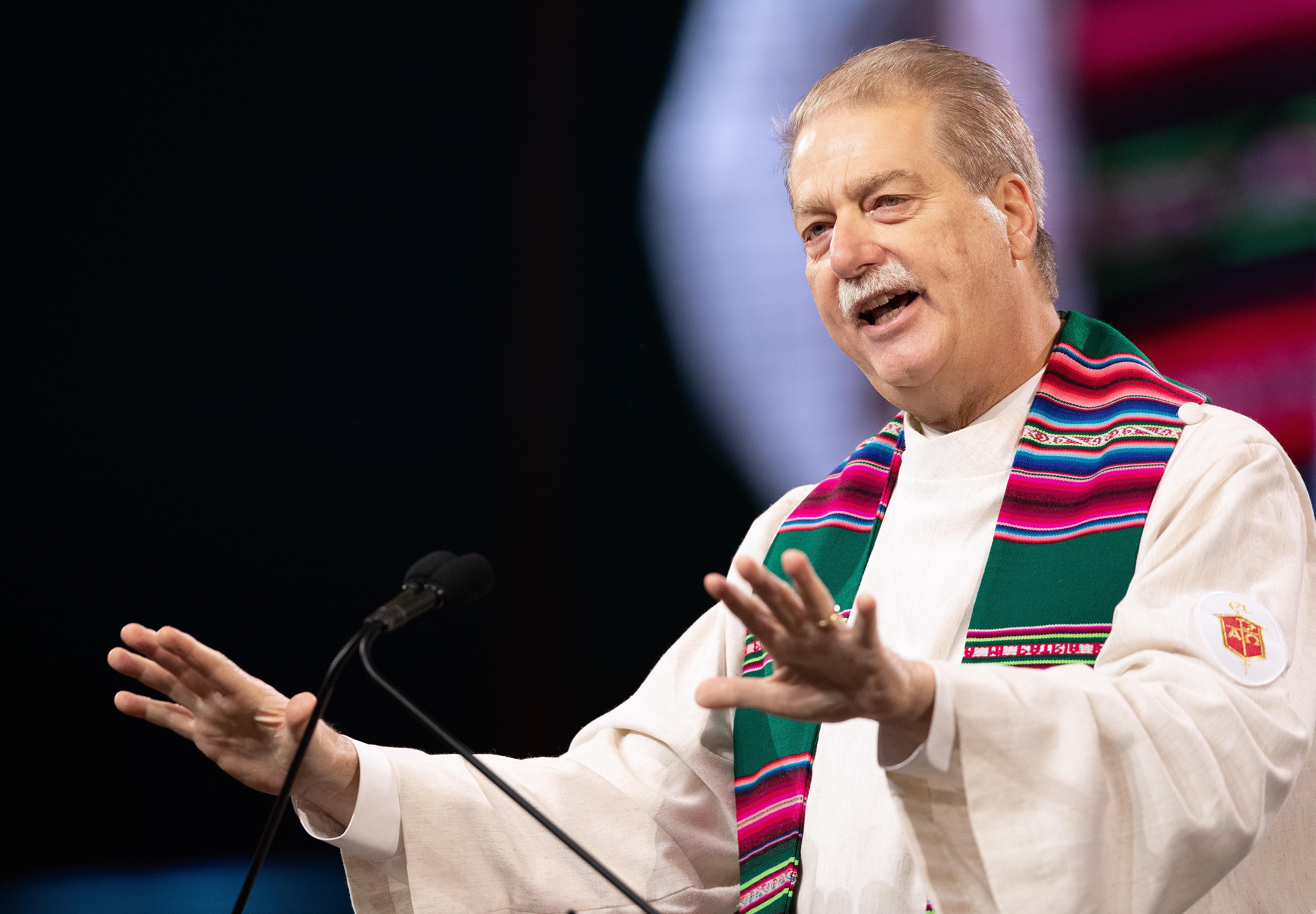 케네스 카터 감독은 교회의 사명에 관한 설교로 2019년 총회의 두 번째 날을 시작했다. 사진,  Mike DuBose, UMNS.