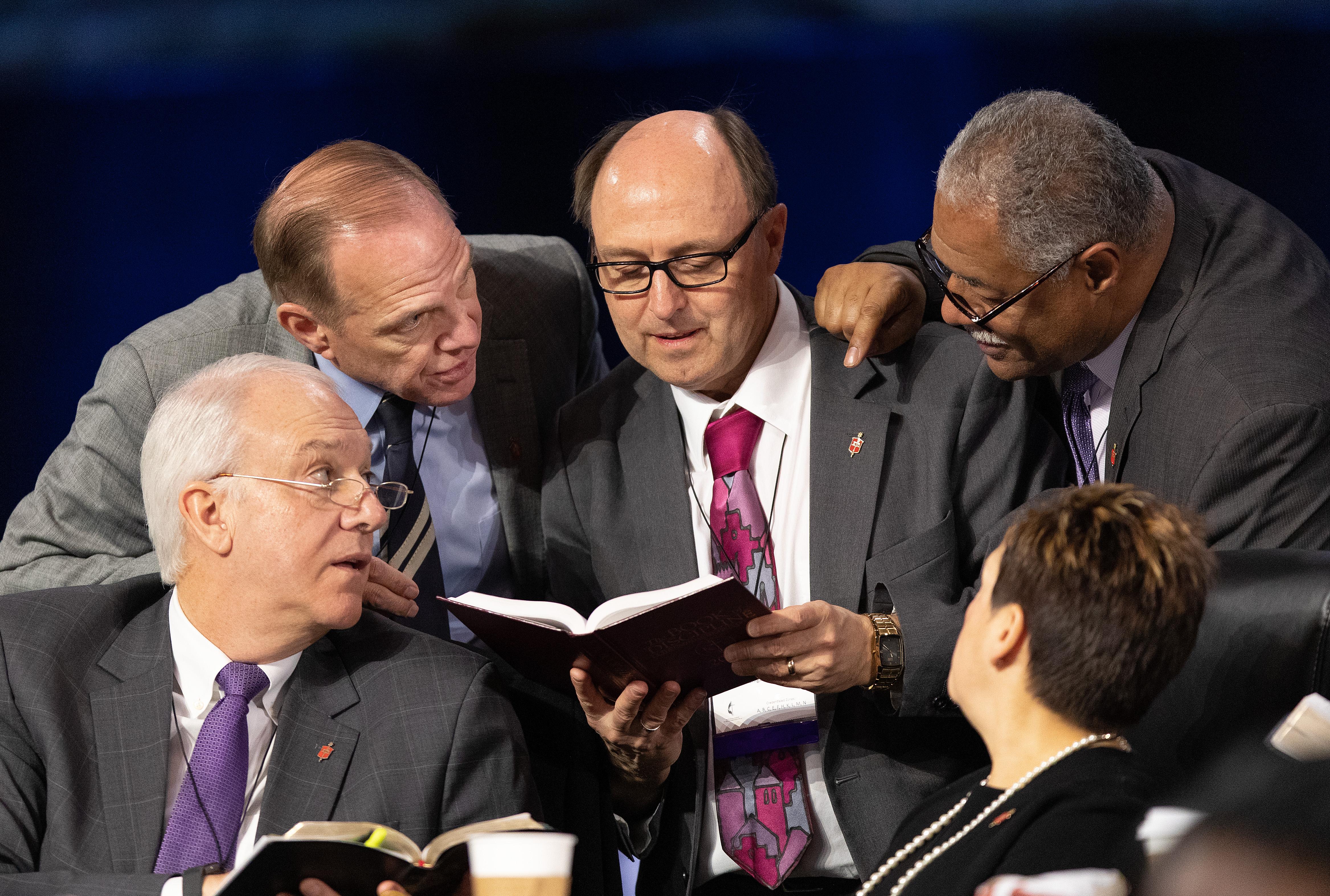 왼쪽 아래에서 시계 방향으로 토마스 비커튼, 존 스콜, 데이비드 바드, 줄리어스 트림블 및 신시아 하비 감독. 사진 마이크 듀 보스, UMNS