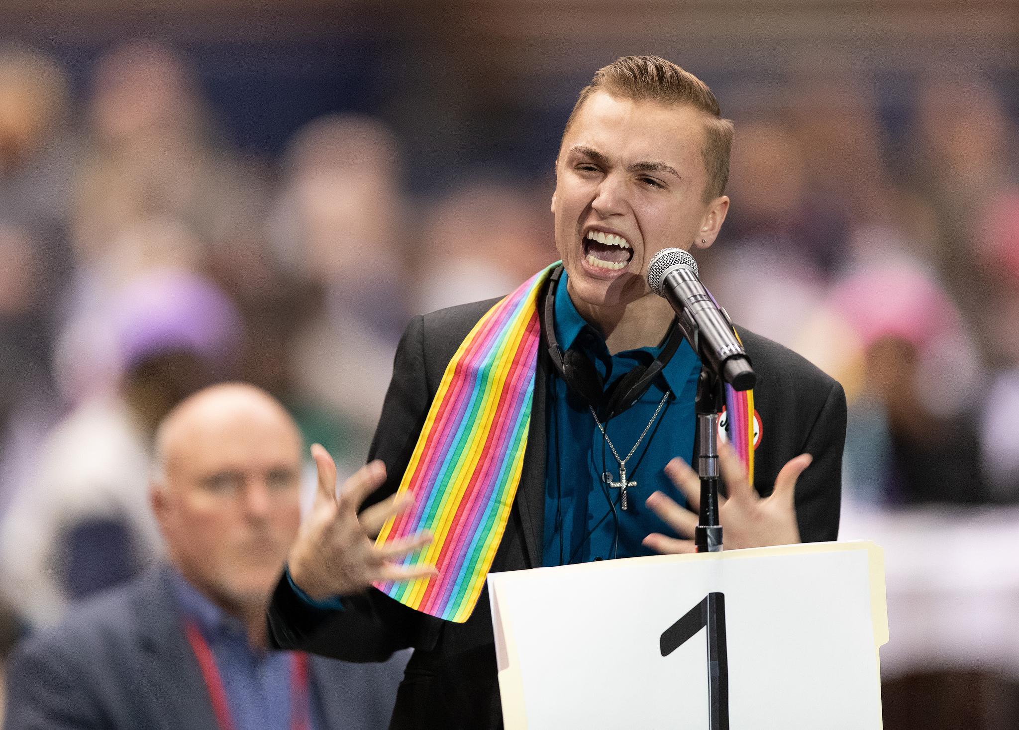 """Jeffrey """"J.J."""" Warren de la Conférence de l'Upper New York parle en faveur d'une inclusion complète des personnes LGBTQ dans la vie de l'Église Méthodiste Unie lors de la Conférence Générale 2019 de l'Eglise Méthodiste Unie à Saint-Louis le 25 février. Il a reçu une réponse émotionnelle des délégués et des observateurs. Cette conférence spéciale a été convoquée pour tenter d'aider la dénomination à faire face à ses différences de longue date en matière de sexualité. Photo de Mike DuBose, UMNS."""
