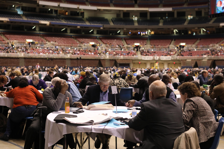 Os delegados fazem uma pausa para a oração durante o Dia de Oração e Preparação, em 23 de fevereiro, na Sessão Especial de 2019 da Conferência Geral Metodista Unida em St. Louis. Foto de Kathleen Barry, SMUN.