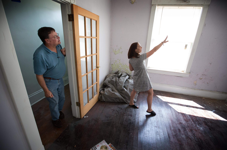 앤 해몬드가 배리 스타이너 볼 목사에게 서버지니아주, 클락스버그에 위치한 연합감리교회 부지 안에 있는 오래된 집을, 중독 문제를 가진 여성들을 위한 <회복하우스>로 개조하려는 계획을 설명하고 있다. 사진 Mike DuBose, UM News.