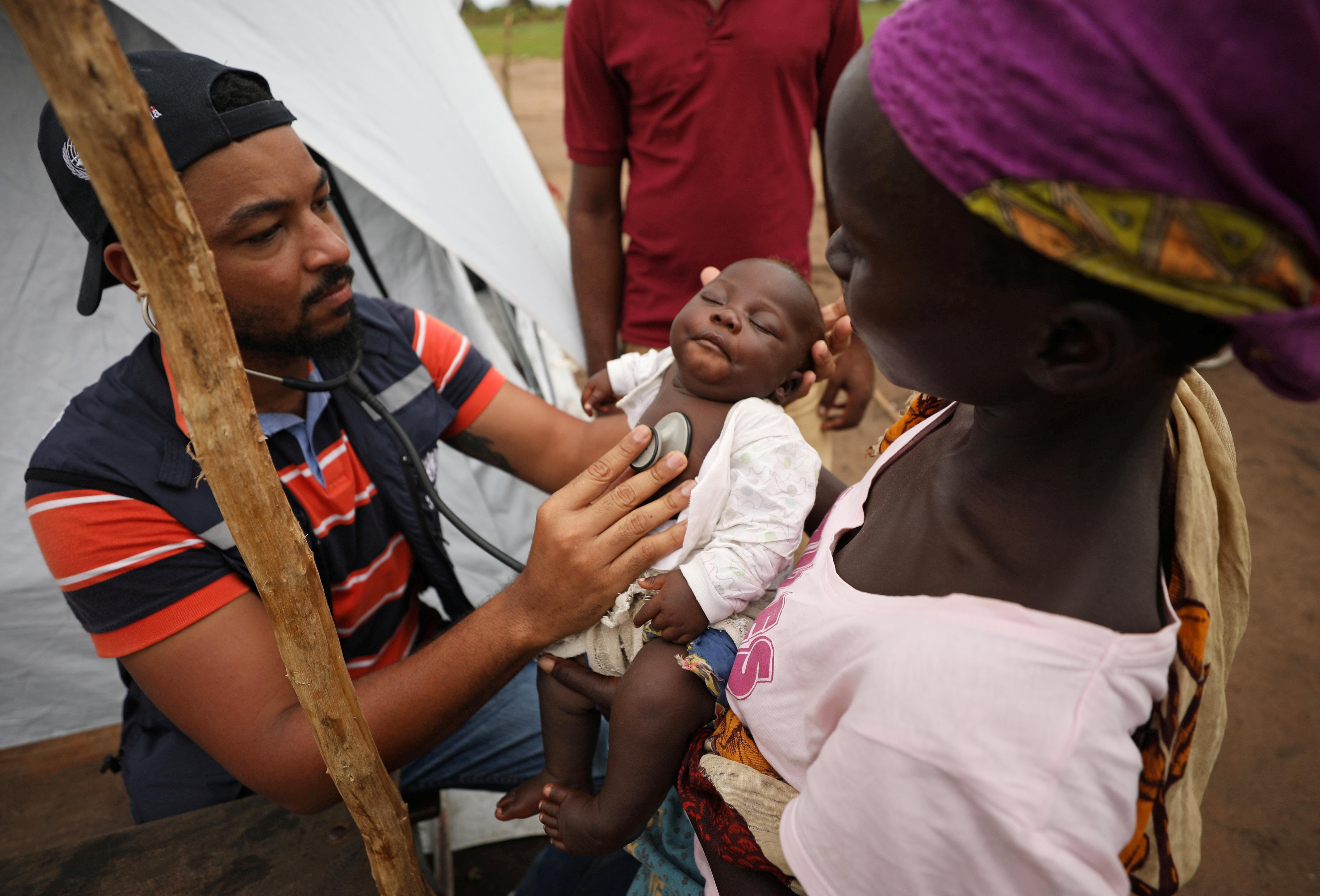 Um médico examina uma criança em um acampamento para pessoas deslocadas em enchentes no rescaldo do ciclone Idai, perto de Beira, Moçambique. Foto: REUTERS / Mike Hutchings (por favor, não reutilize).