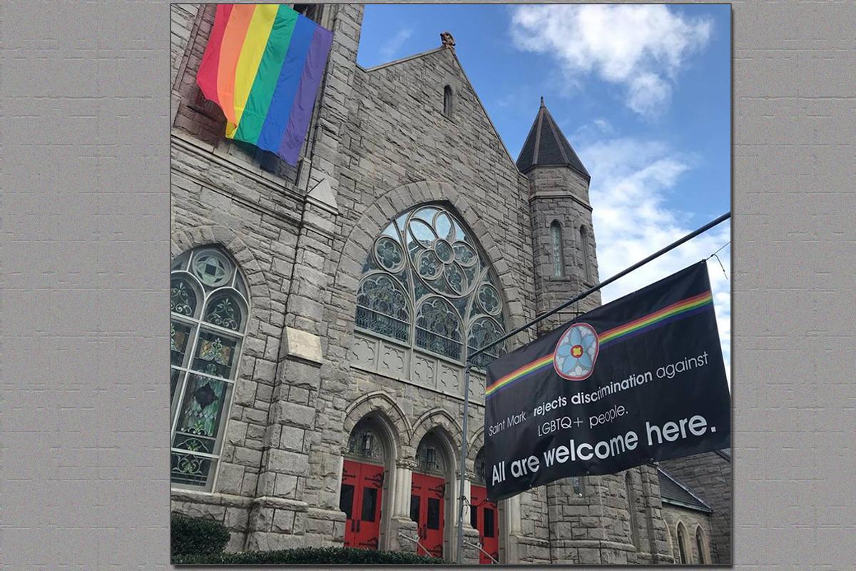 Uma bandeira com uma mensagem da inclusão e uma bandeira do arco-íris flamulam fora da Saint Mark United Methodist Church em Atlanta. A resistência continua com a passagem do Plano Tradicional na conferência especial do mês passado, chamada Conferência Geral em St. Louis. Foto cedida pela Igreja Metodista Unida de Saint Mark.